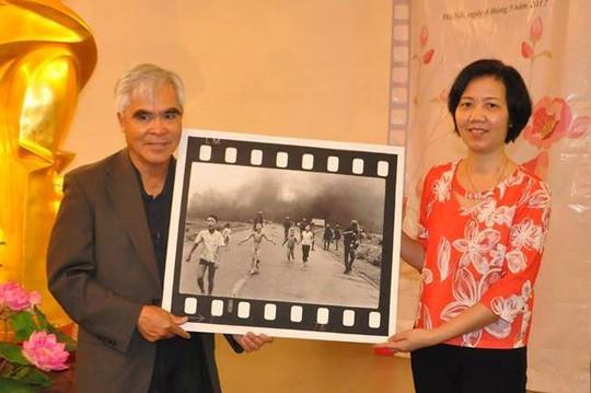 Nick Út tặng bức ảnh Em bé Napalm cho Bảo tàng Phụ nữ Việt Nam - Ảnh 1.