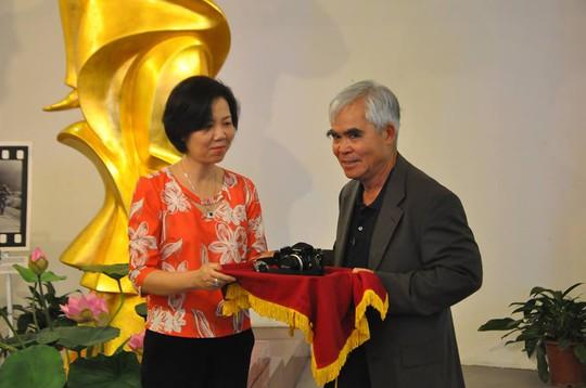 Nick Út tặng bức ảnh Em bé Napalm cho Bảo tàng Phụ nữ Việt Nam - Ảnh 2.