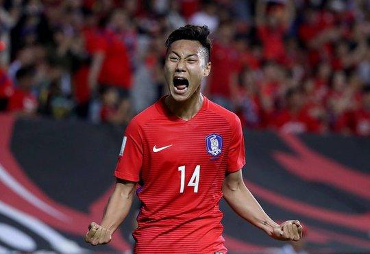 Seung-Ho Paik ăn mừng bàn ấn định tỉ số 3-0