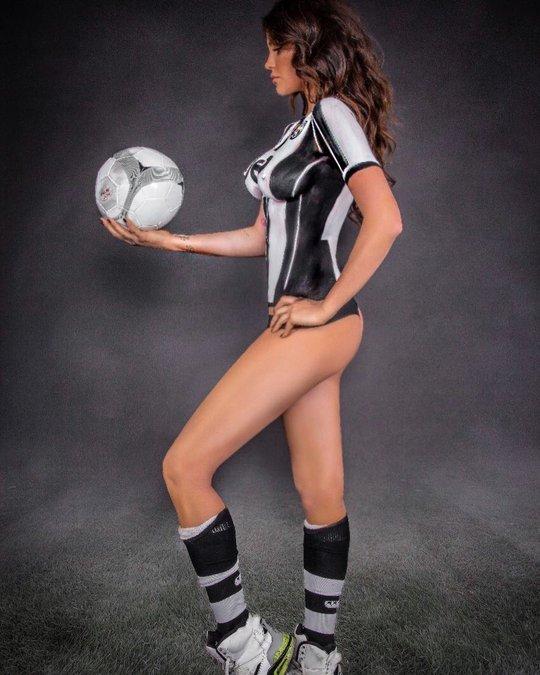 Thua cược Juve – Real, người mẫu Ý khoe thân nghệ thuật - Ảnh 1.