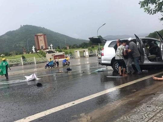 Hai ô tô đối đầu kinh hoàng, hành khách văng ra đường - Ảnh 5.