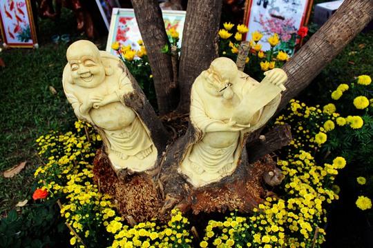 Những bức tượng độc đáo được tạc trên những thân cây còn sống cũng khiến nhiều người trầm trồ thích thú.