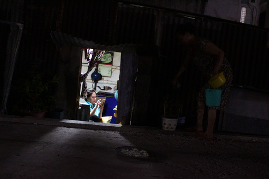 Không chỉ bất tiện trong việc lên xuống, bà Thủy cho biết những ngày mưa to, nhà bà lại bị ngập nặng.