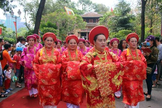 Khu vực đền Hùng nằm gần cổng Thảo Cầm Viên được nhiều người đến thắp hương tưởng nhớ các vị vua Hùng. Nhiều nghi thức trang trọng và nghệ thuật truyền thống được trình diễn.