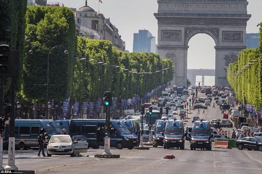 Pháp: Đại lộ Champs Elysees nháo nhào sơ tán - Ảnh 2.
