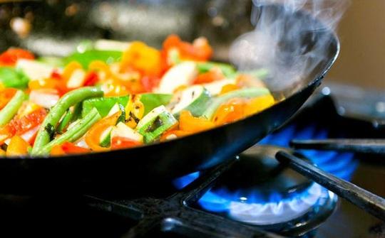 4 thói quen xào nấu dẫn đến ung thư nhiều người đều mắc phải - Ảnh 2.