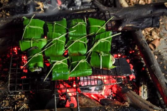 Quấn cá chình bằng lá chanh non và thêm một lớp lá chuối bên ngoài