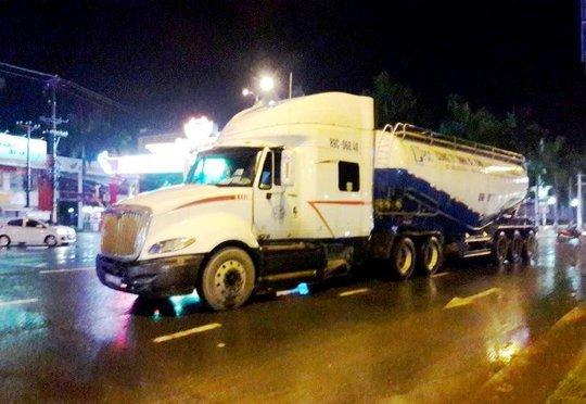 Bị nước bắn lên người, 1 phụ nữ ngã ra đường bị xe tải cán chết - Ảnh 1.