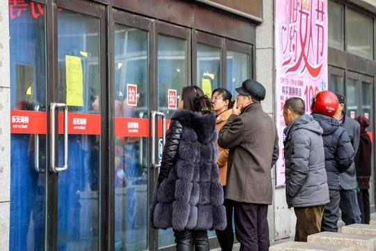 Người dân nhìn vào bên trong cửa hàng Lotte Mart bị đóng cửa ở TP Đan Đông, tỉnh Liêu NinhẢnh: REUTERS