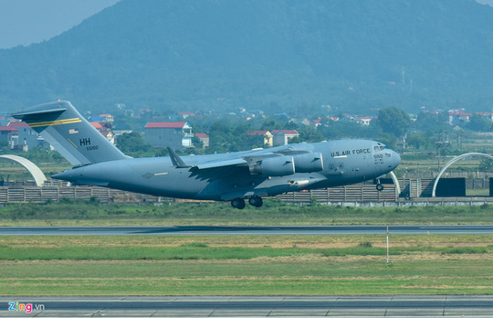 Máy bay vận tải đoàn Tổng thống Donald Trump đến Hà Nội - Ảnh 1.