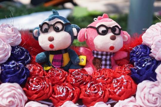 Hoa hồng nhiều màu sắc và các loại gấu bông là những mặt hàng được bày bán nhiều