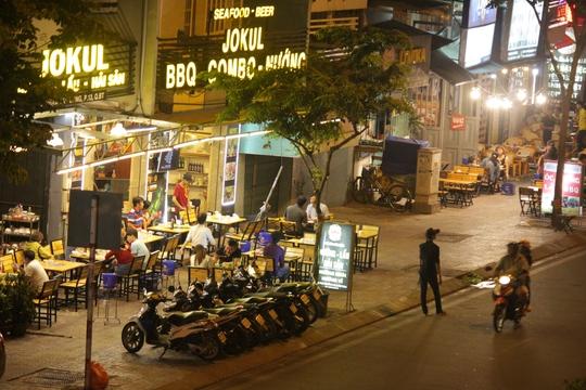 Quán J.K lấn chiếm vỉa hè làm nơi đặt bàn ghế, chỗ giữ xe bít hết lối của người đi bộ.