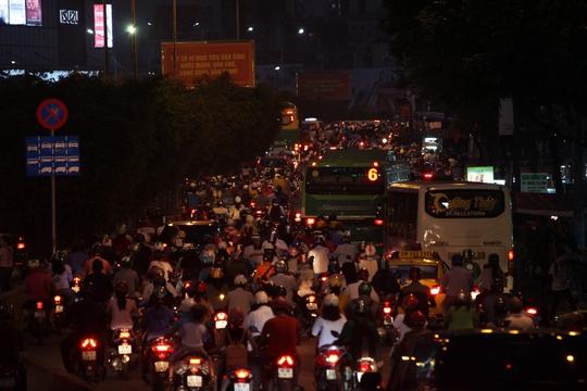 Chịu ảnh hưởng từ vụ kẹt xe, đường Điện Biên Phủ cũng kẹt cứng theo hướng quận Thủ Đức đến gần chân cầu Sài Gòn.      VIDEO: Kẹt xe kinh hoàng tại ngã tư Hàng Xanh.