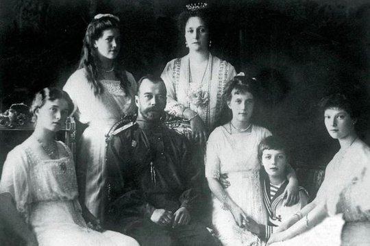 Gia đình hoàng tộc Nga Romanov. Từ trái qua: Olga, Marie, Tsar Nicholas II, Tsarina Alexandra, Anastasia, Tsarevich Alexei và Tatiana. Ảnh: PA