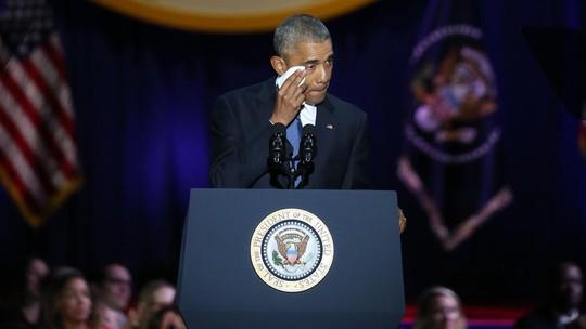 Ông Obama lau nước mắt khi phát biểu. Ảnh: CHICAGO TRIBUNE