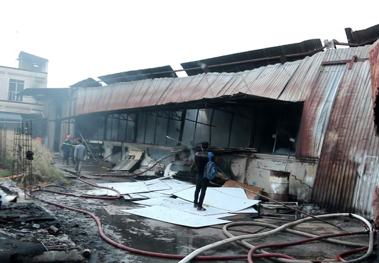 Khoảng 300 m2 nhà xưởng bị thiêu rụi