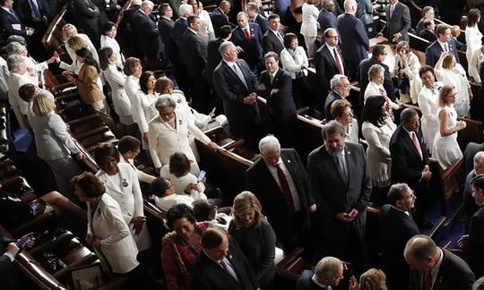 Các nghị sĩ Dân chủ mặc đồ trắng phản đối khi ông Trump phát biểu. Ảnh: AP