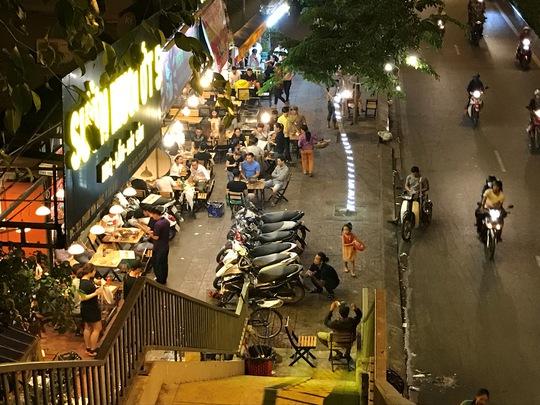 Sau khi đội trật tự đô thị đi, nhiều quán nhậu lại tiếp tục lấn chiếm để buôn bán