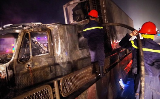 Hiện trường chiếc xe container gặp nạn bốc cháy dữ dội