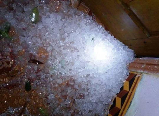 Mưa đá xuất hiện rơi dày đặc xuống góc nhà và vườn của một hộ dân trên địa bàn xã Mậu Lâm, huyện miền núi Như Thanh, tỉnh Thanh Hóa - Ảnh: Lương Diễn