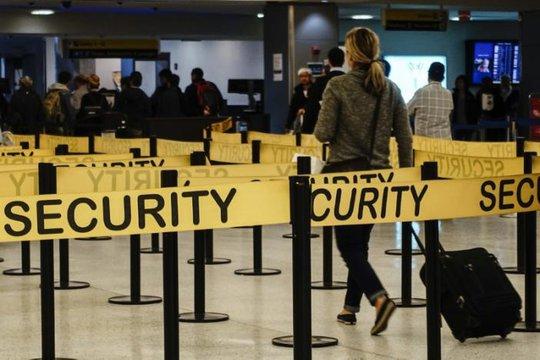 Hành khách tới trạm kiểm soát an ninh tại sân bay quốc tế JFK ở New York ngày 11-10-2014. Ảnh: REUTERS
