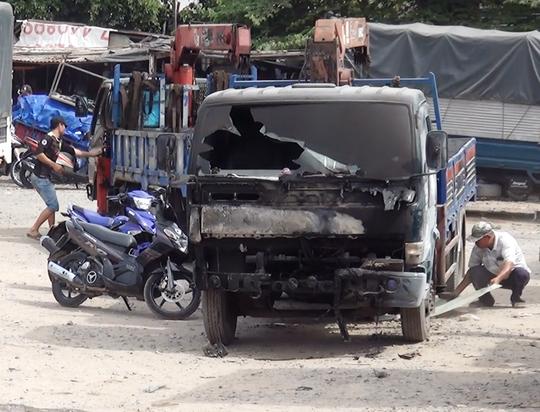 Chiếc xe tải bị cháy sém, biến dạng phần đầu