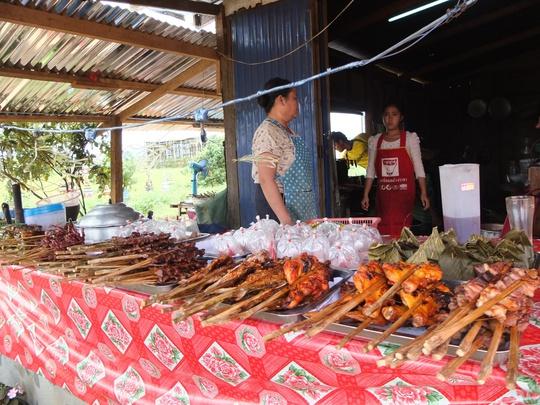 Một quầy bán cơm nếp và đồ nướng ở Paksong