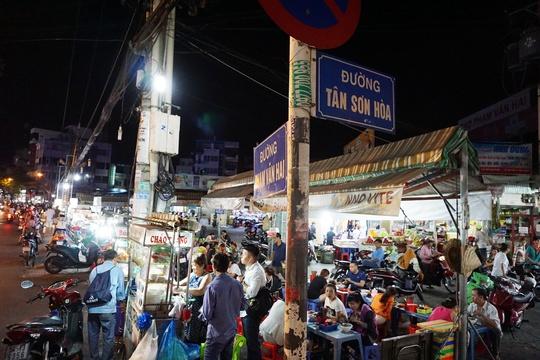 Dọc mặt tiền chợ Phạm Văn Hai, đoạn gần giao lộ Phạm Văn Hai – Tân Sơn Hòa, nhiều người bán hàng rong đã được sắp xếp vị trí kinh doanh mới