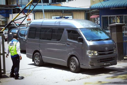 Chiếc xe được cho là chở thi thể ông Kim Jong-nam rời khỏi bệnh viện Kuala Lumpur hôm 30-3. Ảnh: BERNAMA