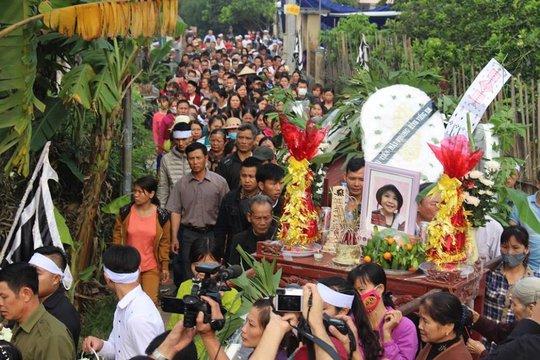 Hàng trăm người dân tiễn đưa bé Nhật Linh về với đất mẹ