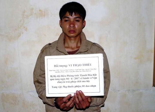 Đối tượng người Lào bị Biên phòng Thanh Hóa bắt quả tang khi đang ôm 5 kg thuốc phiện vào Việt Nam