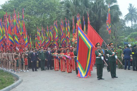 Đoàn đại biểu dâng hoa tại đài tưởng niệm Đền Hùng