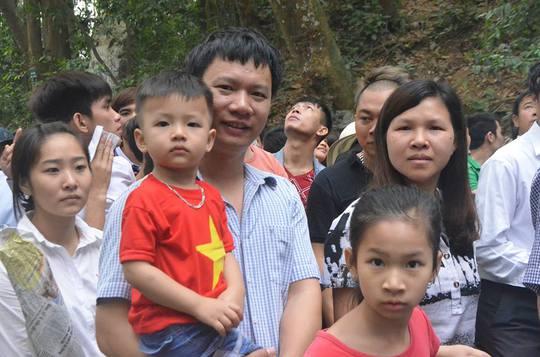 Tuy vậy, cũng rất nhiều du khách tỏ ra vui vẻ chờ đợi trong dòng người tiến dần lên núi để dâng hương tưởng nhớ các Vua Hùng