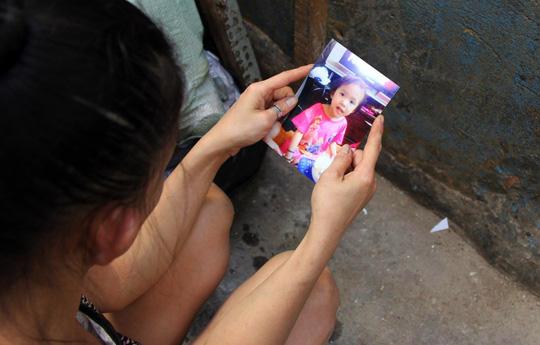 Chị Trinh đâu đớn khi con gái 6 tuổi bị mất tích bí ẩn.