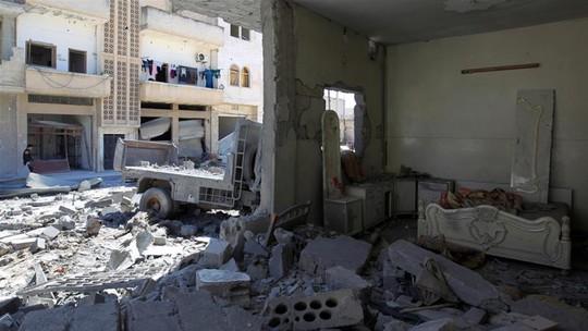 Một địa điểm ở thị trấn Khan Shaykhun bị tấn công bằng vũ khí hóa học hôm 4-4. Ảnh: REUTERS