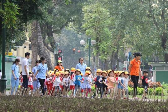 Nhiều trẻ em sinh hoạt ngoại khóa ngay khu vực bàn chông tre