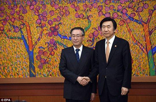 Đặc phái viên Trung Quốc về Các vấn đề trên bán đảo Triều Tiên, Wu Dawei (trái) và người đồng cấp Hàn Quốc. Ảnh: EPA