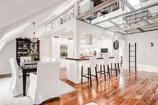 Sàn kính mang tối đa ánh sáng vào nhà.