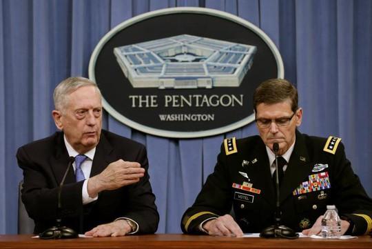 Ông Mattis (trái) nói tại cuộc họp báo của Lầu Năm Góc hôm 11-4. Ảnh: REUTERS