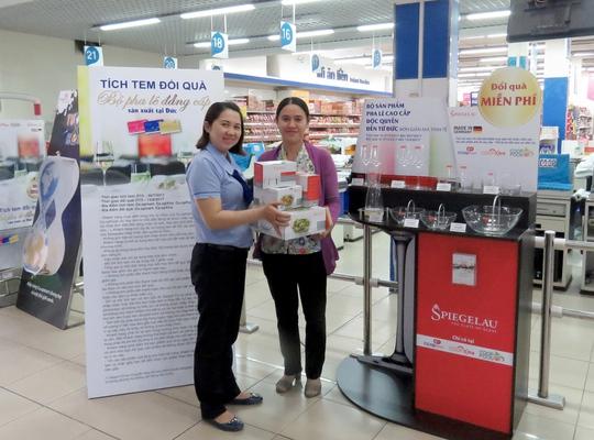 Khách hàng nhận miễn phí bộ tặng phẩm cao cấp trị giá hơn 3 triệu đồng tại Co.opmart Phan Văn Trị