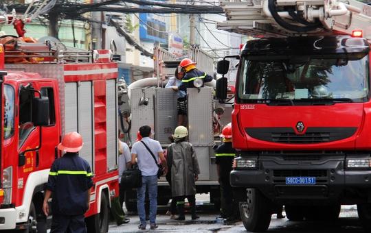 Xe thang chuyên dụng được điều động để giải cứu người mắc kẹt trong đám cháy.