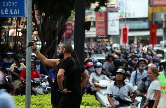 Tình trạng giao thông hỗn loạn khiến người đi bộ lưu thông khó khăn. Trong ảnh là hai người nước ngoài tỏ ra ấn tượng với cảnh kẹt xe ở trung tâm thành phố.