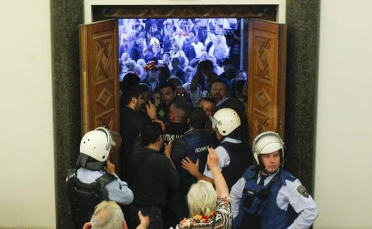 Đổ máu trong Quốc hội Macedonia sau khi lộ diện tân chủ tịch - Ảnh 1.