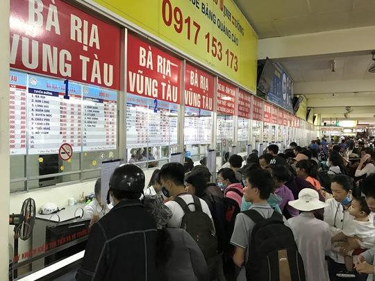 Trong khi đó, ghi nhận tại Bến xe Miền Đông (quận Bình Thạnh), lượng người đến mua vé cũng đông nghẹt, tập trung đi một số chặng đến các tỉnh thuộc khu vực Tây Nguyên như Lâm Đồng, Đắk Lắk, Đắk Nông cùng một số địa điểm du lịch như Bà Rịa – Vũng Tàu, Nha Trang (Khánh Hòa), Phan Thiết (Bình Thuận)… Nhiều quầy có nhu cầu mua vé lớn, các nhân viên ở Bến xe Miền Đông phải tổ chức hành khách xếp hàng để đảm bảo trật tự