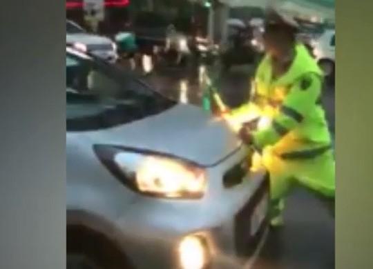 Tài xế taxi vượt đèn đỏ, húc CSGT chạy trốn - Ảnh 1.