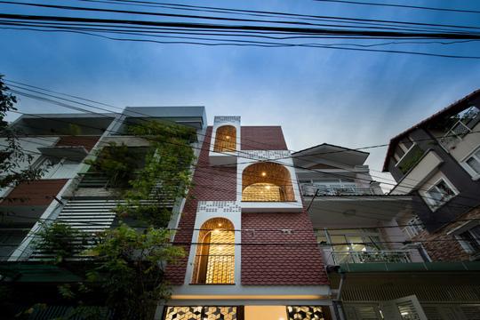 Căn nhà ống cải tạo với sân nằm trong nhà ở Sài Gòn - Ảnh 2.