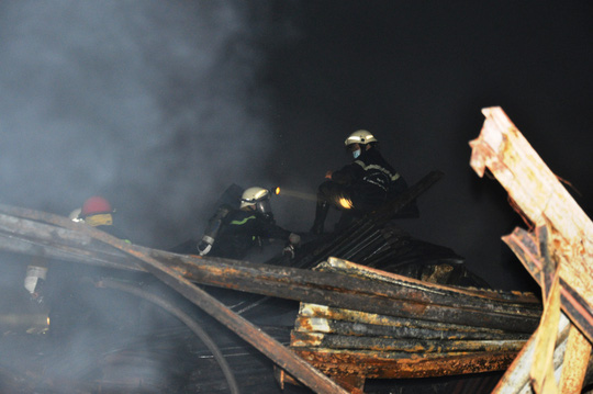 Toàn cảnh vụ cháy kinh hoàng nhà kho ở quận 4 - Ảnh 3.