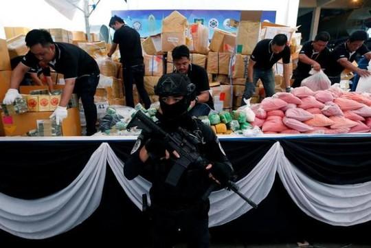 Trong 1 ngày, Đông Nam Á tiêu hủy gần 1 tỉ USD ma túy - Ảnh 1.