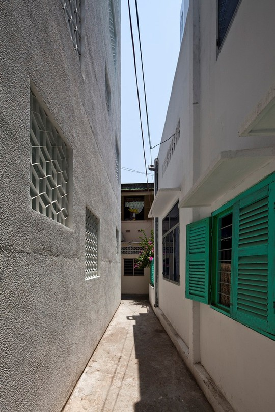 Căn nhà nhiều cửa sổ lạ mắt giống lồng chim giữa con hẻm Sài Gòn - Ảnh 2.