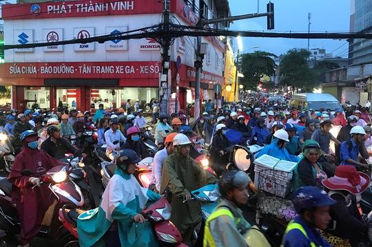 TP HCM: Kẹt xe dữ dội trên đường Ung Văn Khiêm, CSGT bất lực - Ảnh 3.